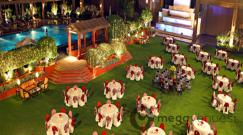 poolside-lawn-at-eros-hotel